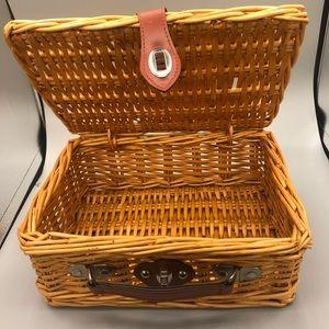 Wicker Storage picnic basket w lid, lock & handle